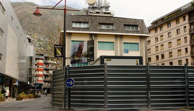 Edifici que s'enderrocarà properament i solar de l'antiga caserna dels bombers.