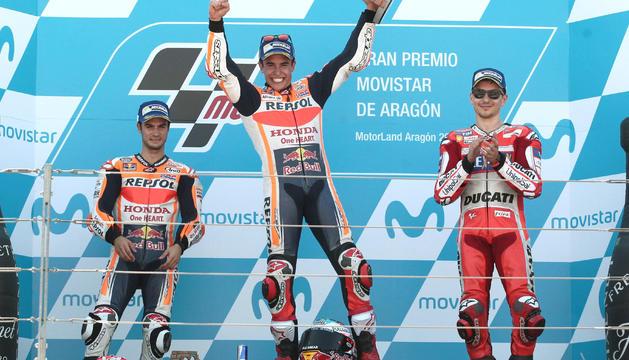 Marc Márquez celebra el triomf damunt del podi del GPd'Aragó.