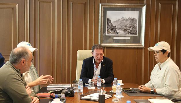 El cònsol major lauredià, durant la trobada amb els representants de l'organització ISHR, aquest dimarts a casa comuna.