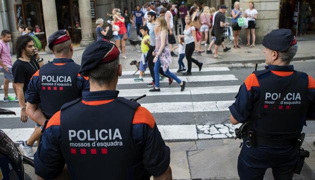 Efectius dels mossos d'esquadra patrullant pels carrers de Barcelona.