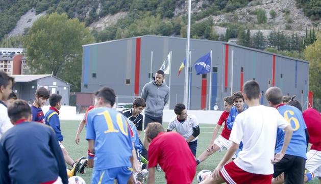 Javier Saviola dirigeix un dels entrenaments de l'equip cadet de l'Escola Nacional de la Federació Andorrana de Futbol (Enfaf).