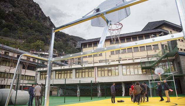 Les autoritats visiten el pati de l'escola espanyola de Ciutat de Valls per a ús públic fora de l'horari escolar.