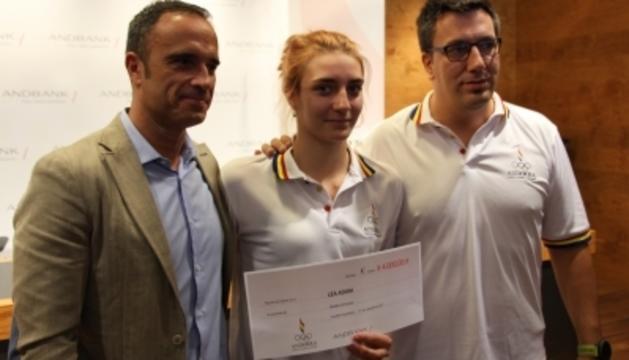 El president de la Federació Andorrana de Judo, Alain Cabanes, la judoka Léa Adam i el seu entrenador, Toni Besolí, amb el xec de 4.000 euros.