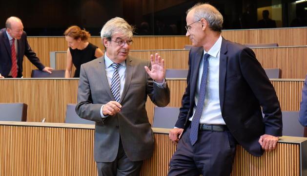El president del grup parlamentari demòcrata, Ladislau Baró, conversant amb el cap de Govern, Toni Martí, en seu parlamentària.