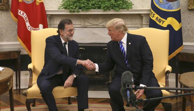 Donald Trump i Mariano Rajoy se saluden, ahir a la Casa Blanca.