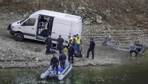 Agents de la unitat aquàtica dels mossos, ahir al pantà de Susqueda.