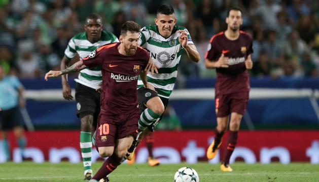 Leo Messi disputa una pilota amb Rodrigo Battaglia durant el partit d'ahir a Lisboa.
