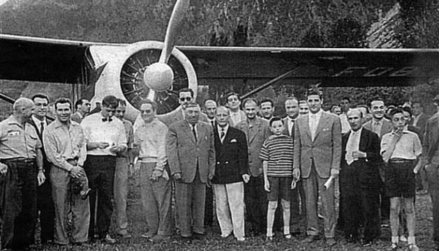 Adonis Moulène posa amb autoritats i gent davant l'avioneta.