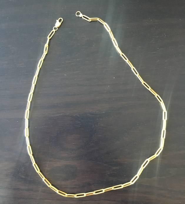 4. Aquesta cadena és un regal de l'àvia, fa 30 anys que la porto amb mi.