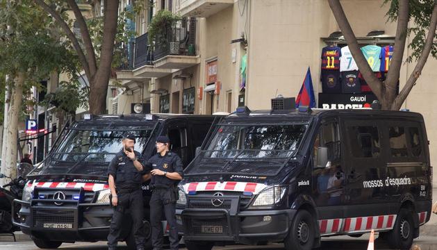 Agents dels mossos d'esquadra patrullant ahir als carrers de Barcelona.