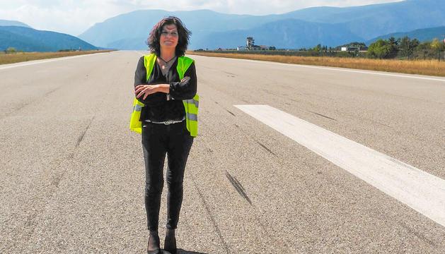 La directora de l'aeroport d'Andorra-la Seu, Cristina Pastor, a la pista de la infraestructura.