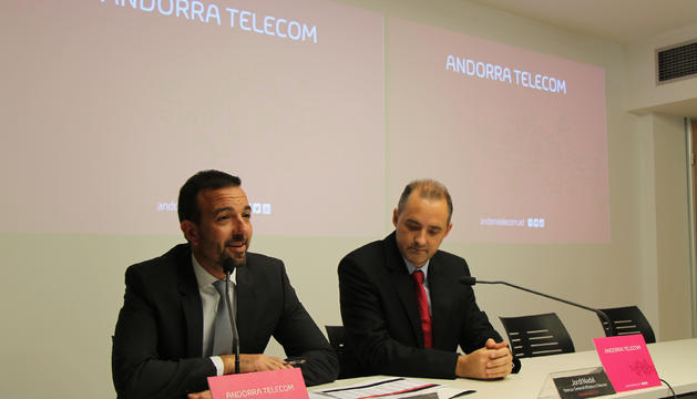 El president del consell d'administració d'Andorra Telecom, Jordi Torres, i el director general, Jordi Nadal, durant la roda de premsa.