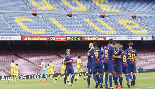 Els jugadors del Barça celebren el primer gol en un Camp Nou buit.