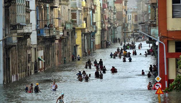 Gent caminant pels carrers inundats de l'Havana