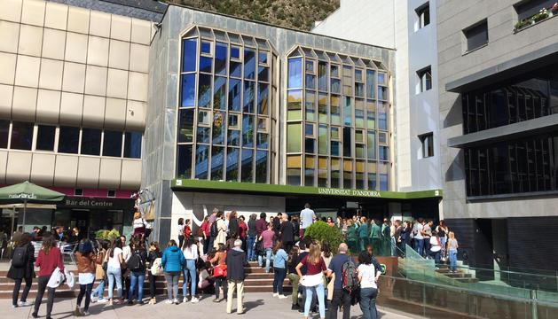 Un grup de gent s'ha concentrat davant de l'edifici de la universitat