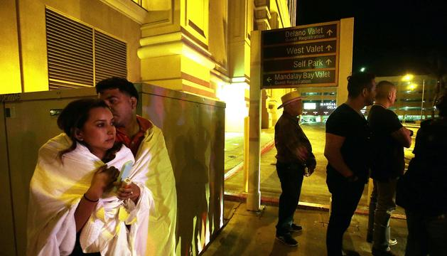 Diverses persones romanen a l'entrada de l'hotel Mandala Bay, des d'on es van efectuar els trets.