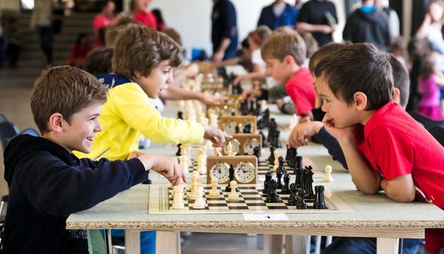 Nens jugant a escacs.