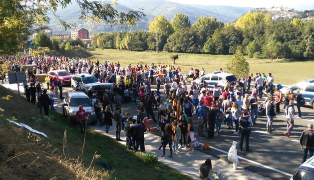 Centenars de manifestants arriben a la N-145.