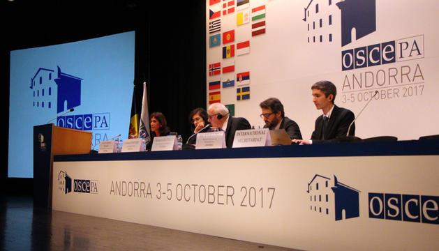 La sessió sobre educació de l'OSCE-PA, amb la presència del ministre d'Educació i Ensenyament Superior, Eric Jover, i la directora de l'escola andorrana, Ester Vilarrubla.