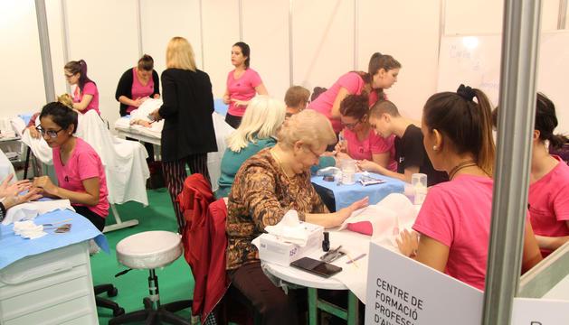 Manicura i massatges facials per a la gent gran, una de les activitats de més èxit del saló.