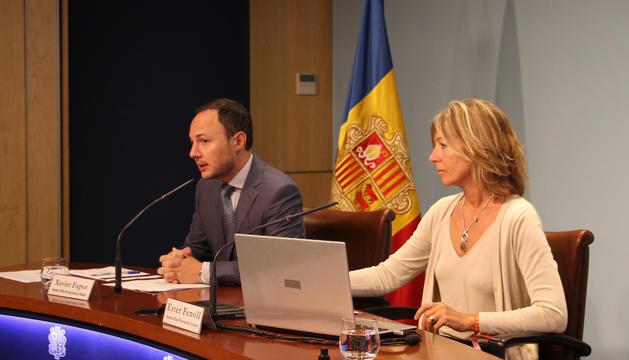 El ministre d'Afers Socials, Justícia i Interior, Xavier Espot, i la secretària d'Estat d'Afers Socials i Ocupació, Ester Fenoll, durant la roda de premsa.