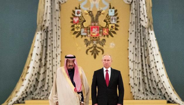 Vladimir Putin i el rei saudita Salman bin Abdelaziza, ahir a Moscou.