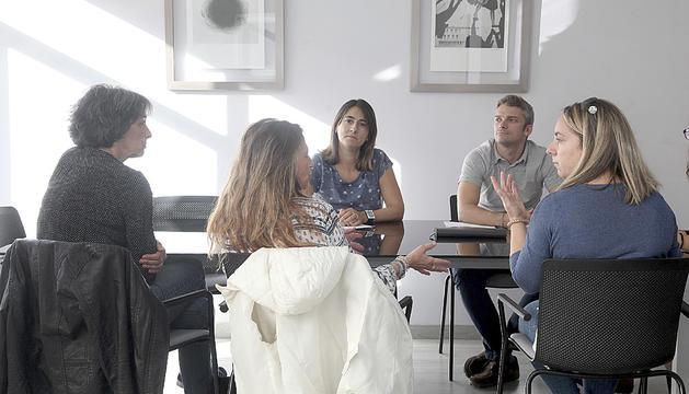 La Françoise, la Meritxell i la Natercia amb el cap de l'Àrea d'Atenció a la Infància i Adolescència, Jordi Olivé, i la treballadora social Loli Terrón.