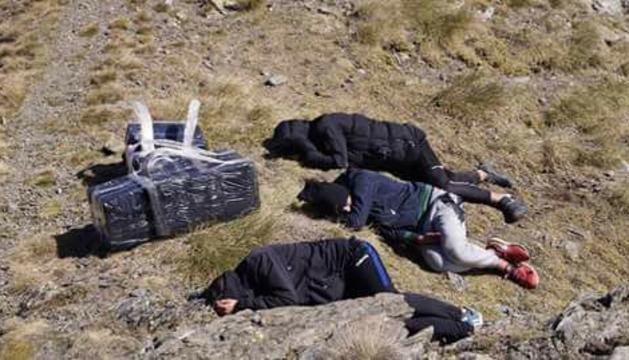Contrabandistes dormint a la muntanya.