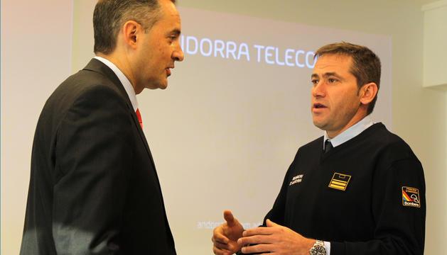 El director general d'Andorra Telecom, Jordi Nadal, i el director adjunt dels bombers, Jordi Farré, aquest dilluns en roda de premsa.