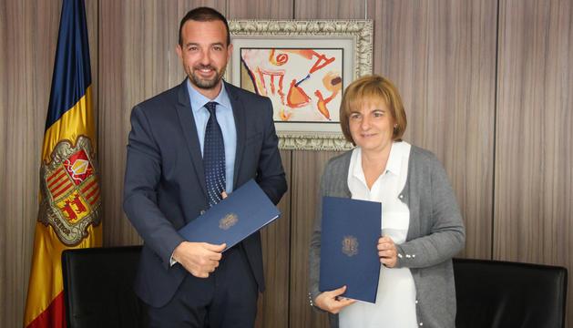 El ministre d'Ordenament Territorial, Jordi Torres, i la cònsol major d'Escaldes-Engordany, Trini Marín, durant la signatura del conveni.