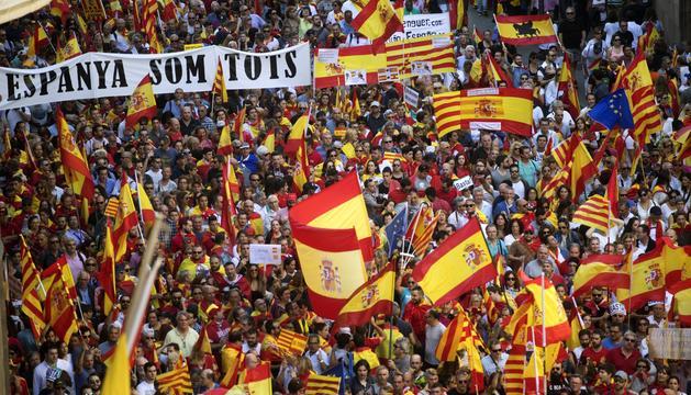 Manifestants amb banderes espanyoles i senyeres, ahir a Barcelona.