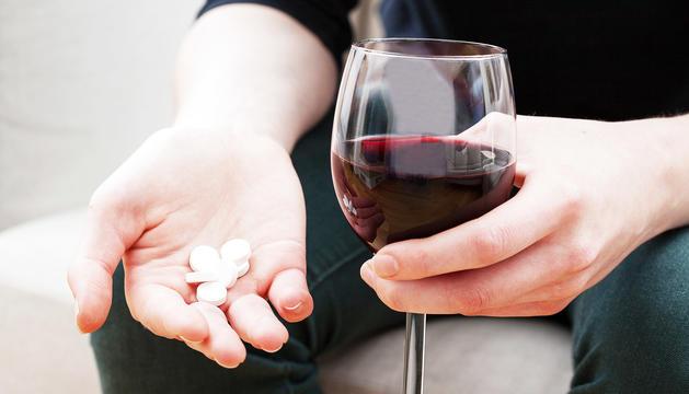 Cal evitar ingerir alcohol després de medicaments