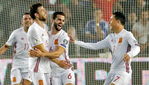 Els jugadors de la selecció espanyola celebrant l'únic gol del partit.