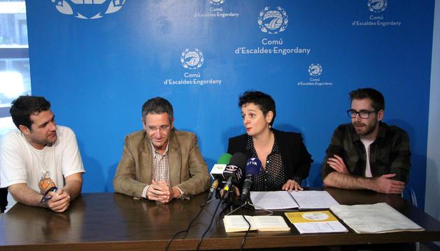 L'encarregat de la part musical, Lluís Cartes; el conseller de Cultura, Salomó Benchluch; la directora artística, Ester Nadal; i l'ajudant de direcció, Boris Cartes, durant la roda de premsa de presentació.