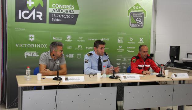 Oscar López, representant d'ICAR; Jordi Farré, director adjunt dels bombers; i Oscar Santos, responsable del GRM, en un moment de la roda de premsa.