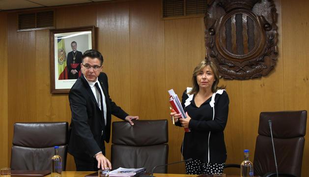 Els cònsols major i menor d'Andorra la Vella, Conxita Marsol i Marc Pons, en una sessió de consell de comú.