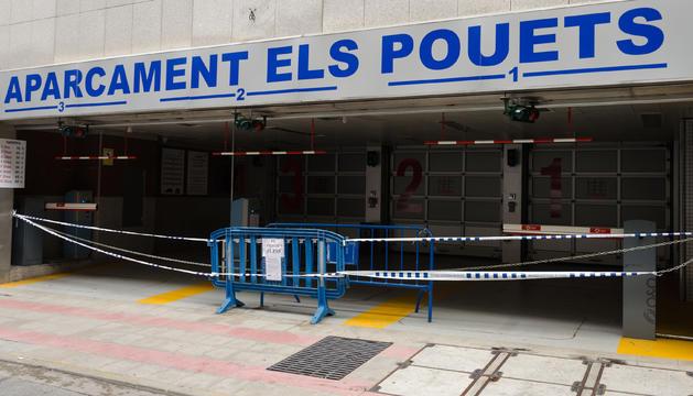 Una imatge de l'aparcament dels Pouets tancat.