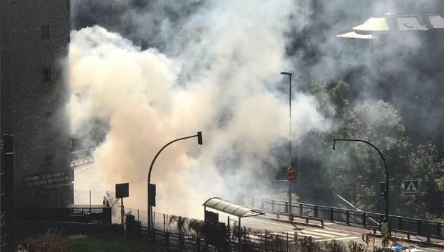 Imatge del fum espès que ha provocat el vehicle