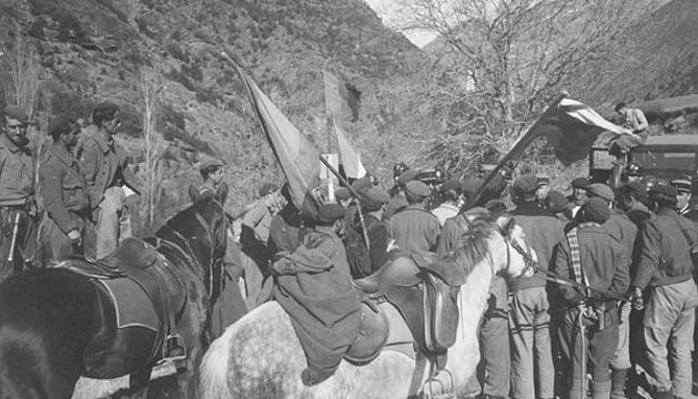 El síndic Francesc Cairat amb tropes espanyoles i gendarmes francesos