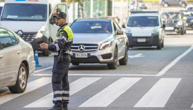 Un agent de circulació regulant el trànsit.