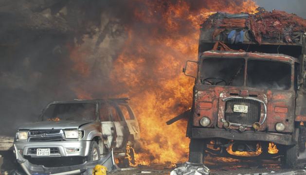Vehicles en flames després de l'atemptat.