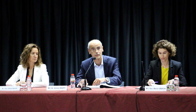 El cap de Govern, Toni Martí, i les ministres d'Exteriors i de Medi Ambient, Maria Ubach i Sílvia Calvó, durant la reunió del Pacte d'Estat amb els agents econòmics i socials.