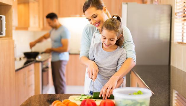És interessant que els nens ajudin els pares a cuinar.