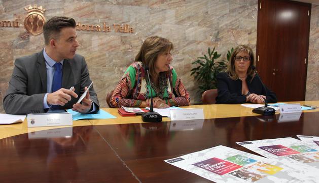 El cònsols menor i major d'Andorra la Vella, Marc Pons i Conxita Marsol i la consellera de Promoció Turística i Comercial, Mònica Codina, durant la presentació de la 39a edició de la Fira d'Andorra la Vella.