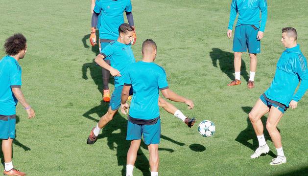El Reial Madrid durant l'entrenament d'ahir, amb Cristiano Ronaldo a la dreta del tot.