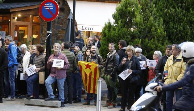 Persones concentrades davant l'ambaixada espanyola.