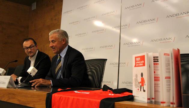 El president de la Creu Roja Andorrana, Josep Pol, i el sotsdirector d'Andbank Josep M. Cabanes, durant la roda de premsa