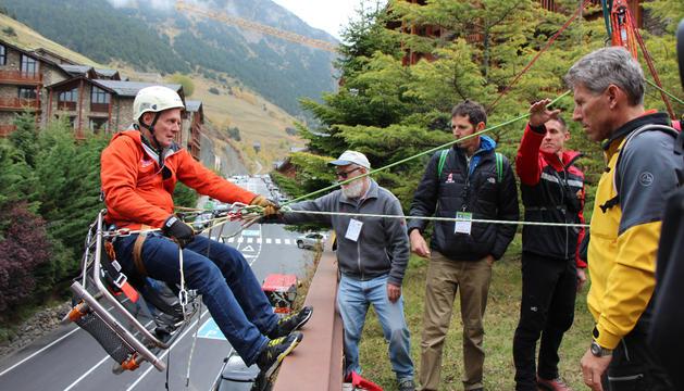Uns bombers americans provant una nova tècnica per facilitar la recuperació de víctimes a la muntanya.