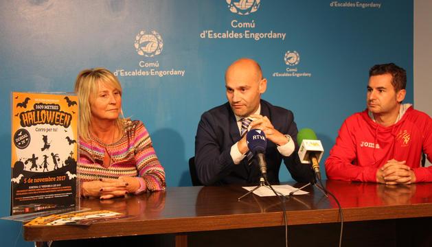 La presidenta de l'Associació Marc G. G., Rosa Galobardes; el conseller d'Esports, Jordi Vilanova, i el representant dels Amics de l'Atletisme d'Andorra, Sergi Valls, en un moment de la roda de premsa de presentació de la cursa de Halloween.