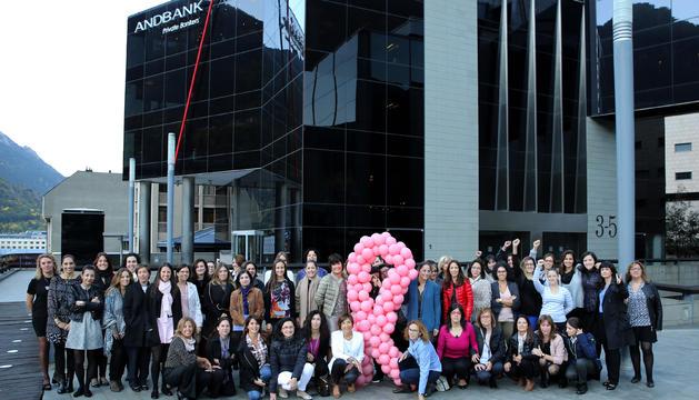 Treballadores d'Andbank que se sumen a la campanya contra el càncer de mama.